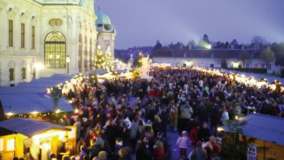 Christmas Market Belvedere Crowd of People Vienna © MAGMAG events & promotion GmbH